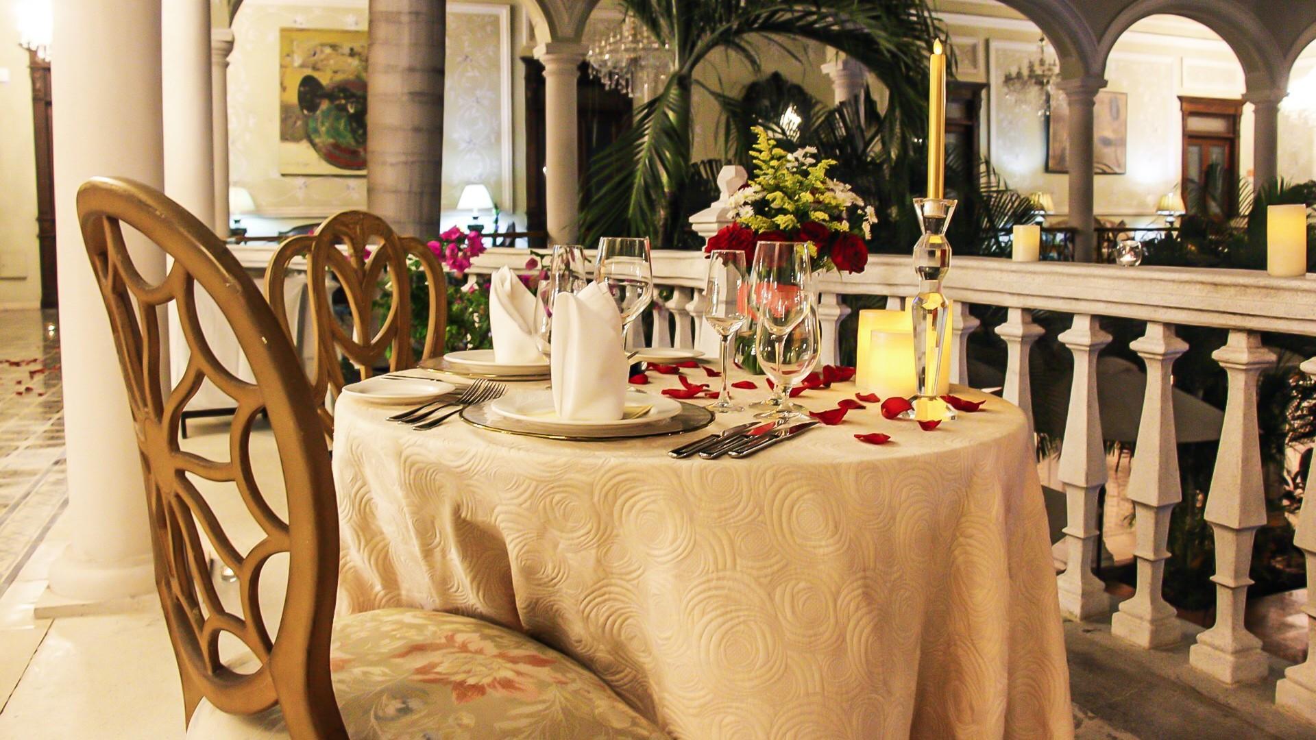 ¡Escápate una noche, cena y barra libre!