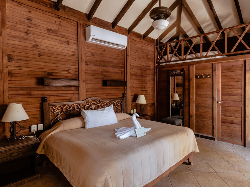 OCEANFRONT CABAÑA KING BED